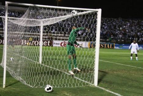 Montes anota el tercer gol en el suplementario (Foto: Dechalaca.com).