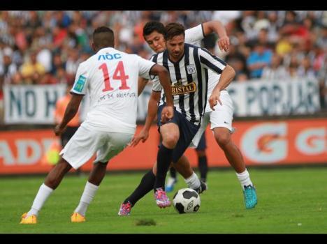Claudio Pizarro volvió a jugar en Alianza después de quince años.